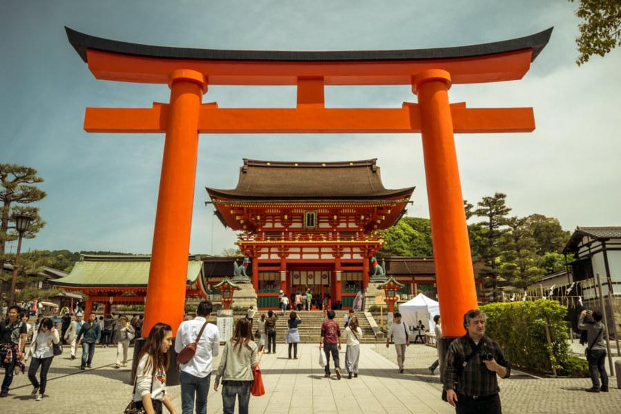 The giant torii at the entrance to Fushimi Inari Taisha