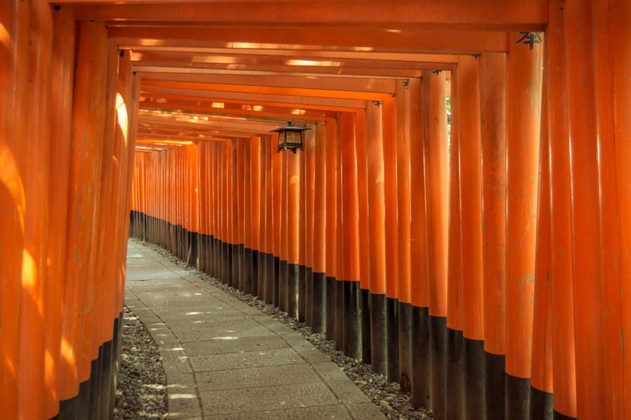 A bend in one of the twin torii tunnel at Fushimi Inari Taisha