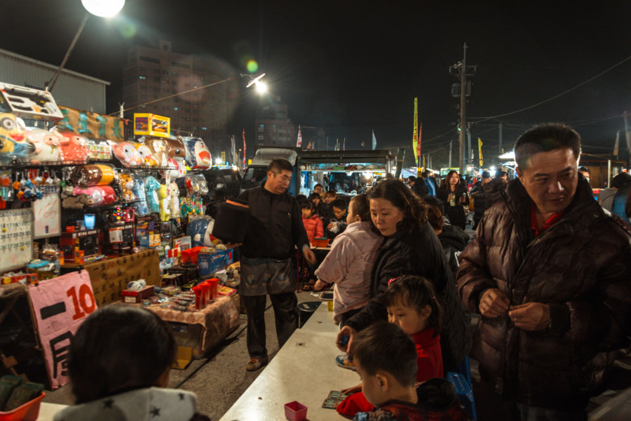 Games for the whole family at Jingcheng Night Market