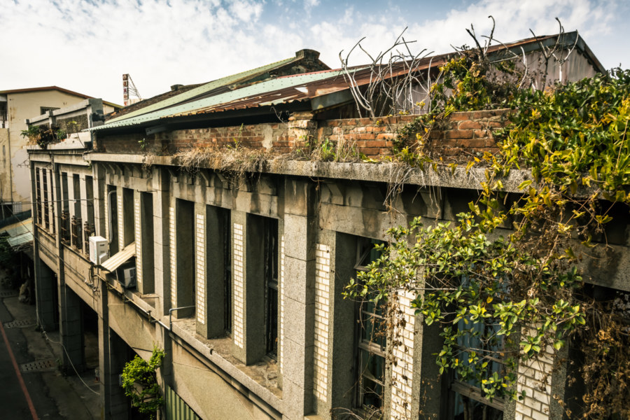 Abandoned shophouses next to Zhonghua Bridge in Changhua City