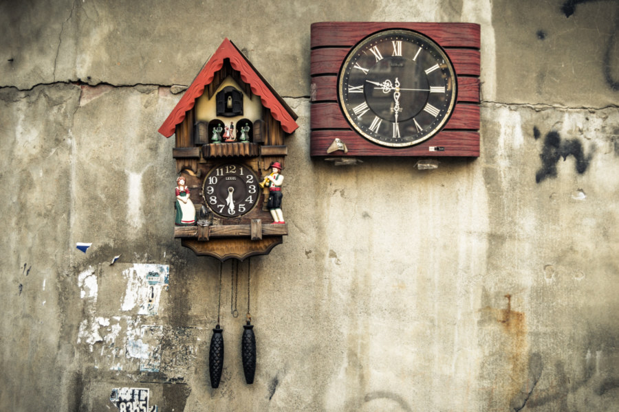 A cuckoo clock in a Changhua City alleyway