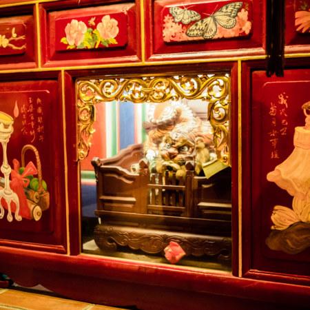 Tiger beneath the main altar at Yuqu Temple