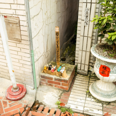 A mysterious bamboo pole outside Yuqu Temple