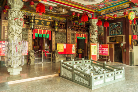 The wide entrance to Hengwen Temple