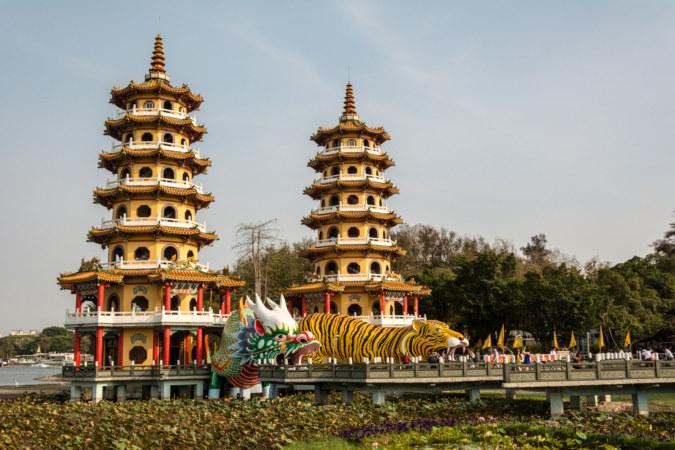 Lotus Pond's famous dragon and tiger pagodas 龍虎塔