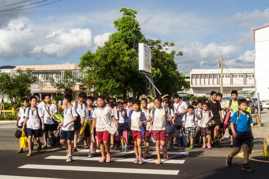Schoolchildren cross the street in Checheng