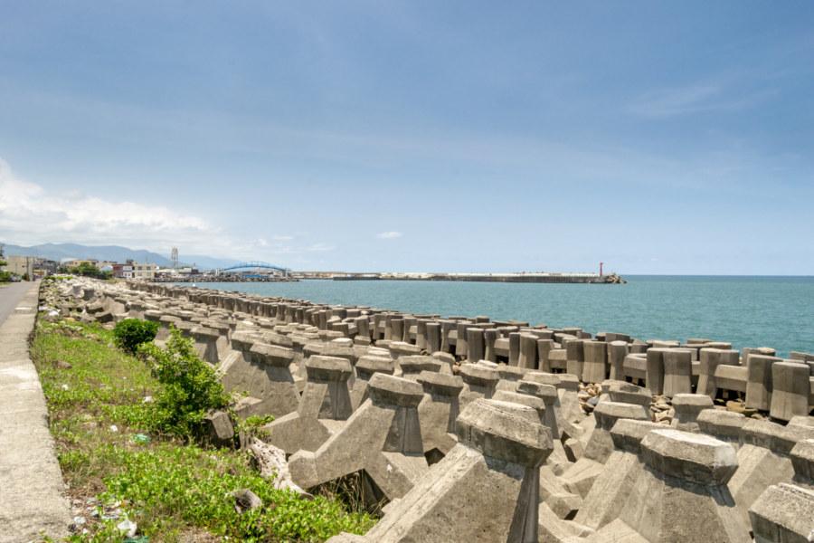 Down by the concrete shoreline in Fangliao