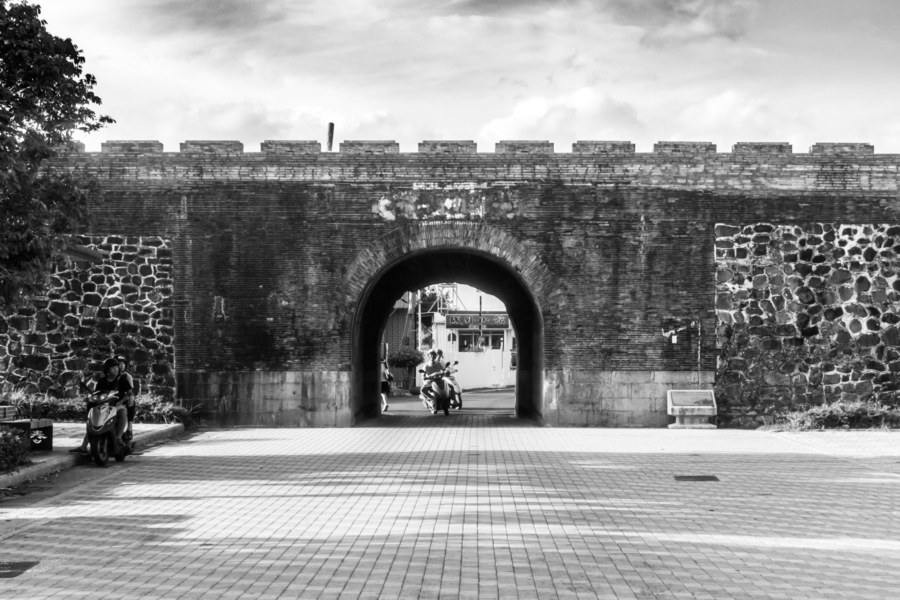 Driving through Hengchun's Northern Gate