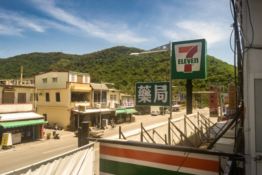 Waking up above a 7-Eleven in Dawu