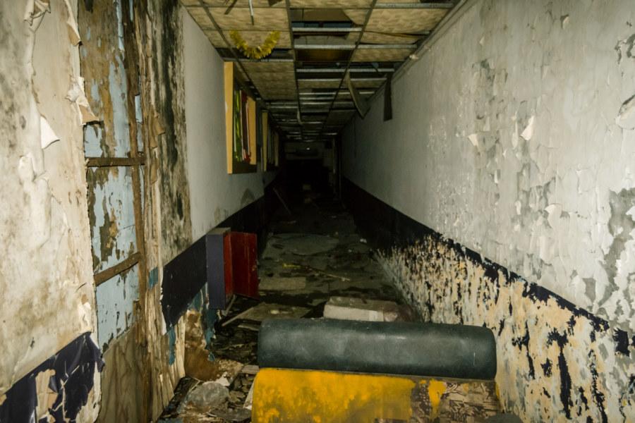 A decrepit hallway inside Fengzhong Theater 豐中戲院