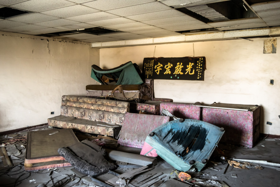 Old couches at the Qianyue Building 千越大樓
