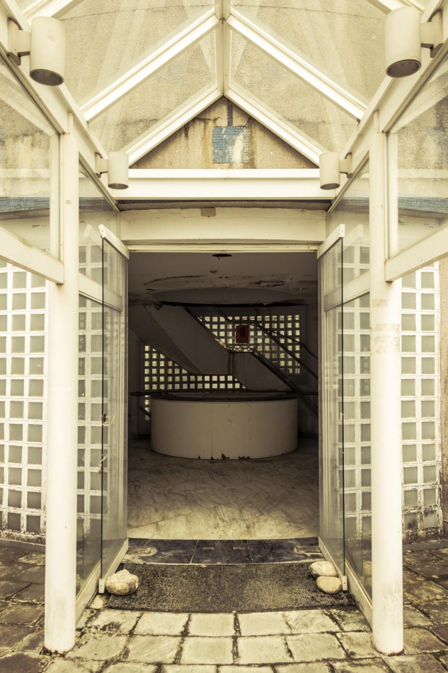 The entrance to the Renoir resort club 雷諾瓦俱樂部