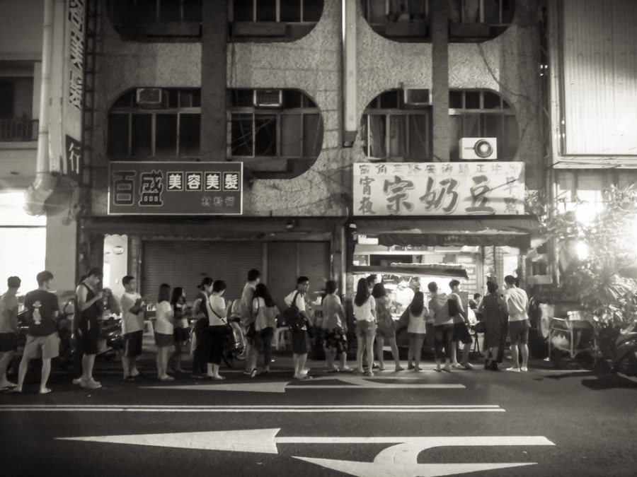 The line-up outside an old breakfast shop in Tainan at 2 am