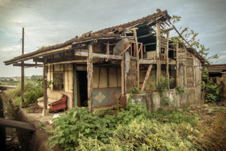A decrepit old home on the roadside in rural Tainan
