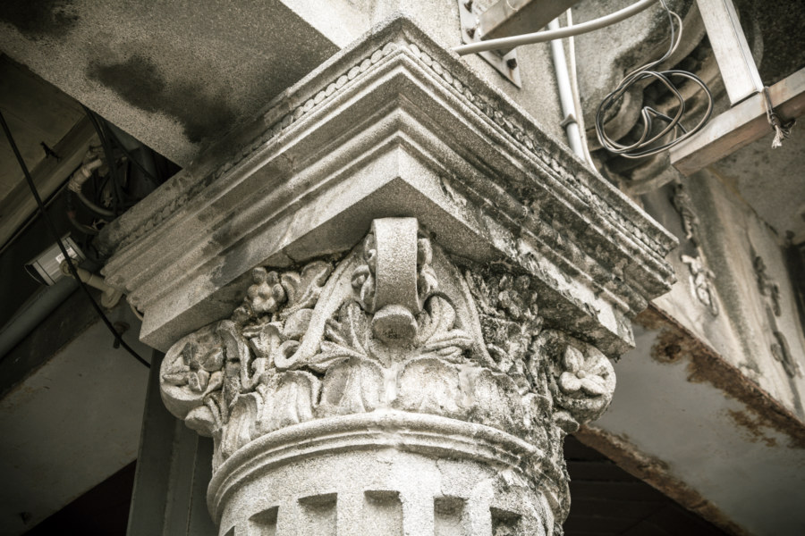 A close look at one of the columns on Xinhua Old Street