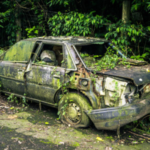 An abandoned car on the way to Nangang