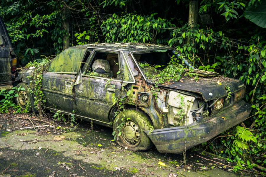 An abandoned car on the way to Nangang