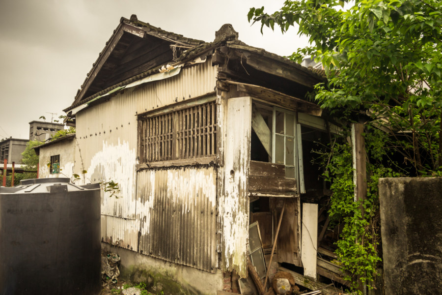 An abandoned residence next to the Taipei Railway Workshop
