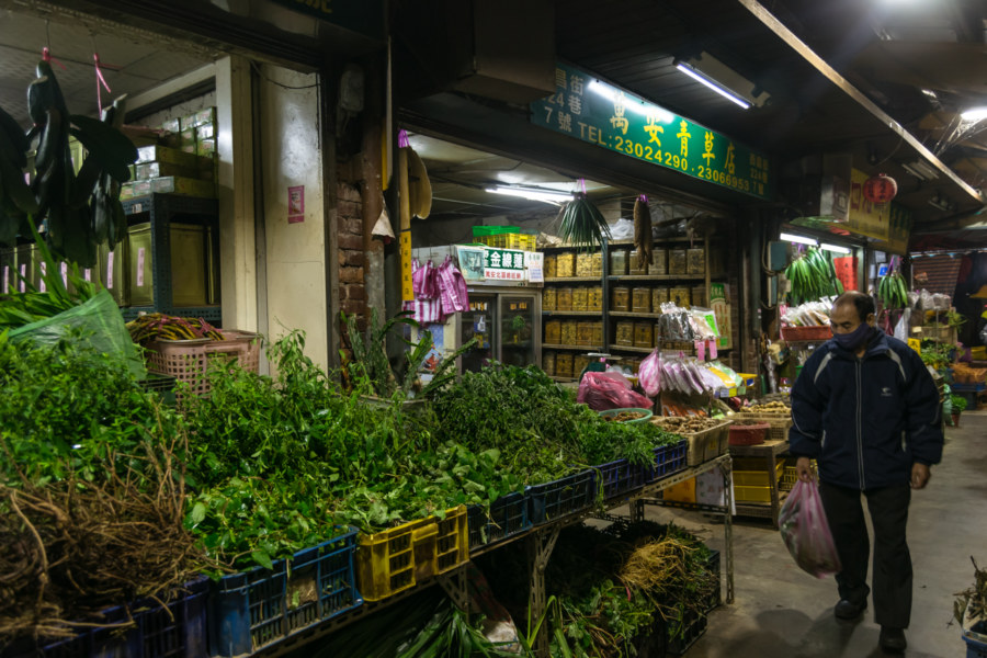 Shoppers on Herb Alley 青草巷