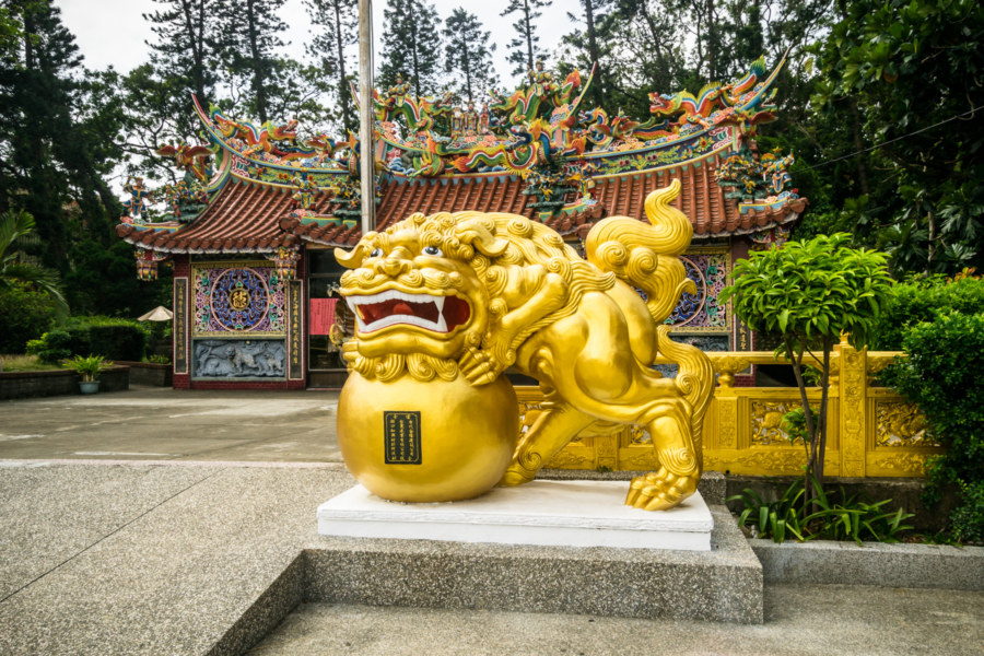 Gold lion outside Miaoling Temple 妙靈宮