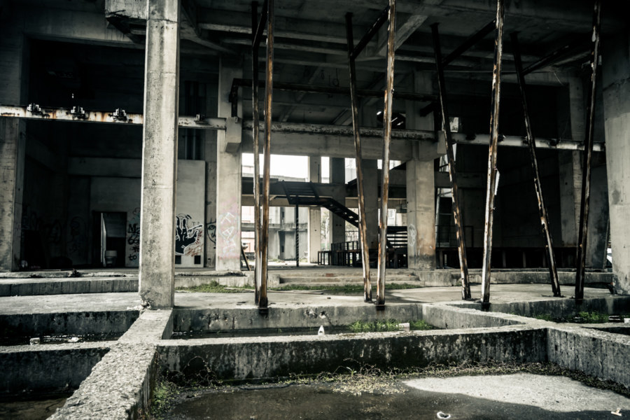 Peering into the ruins of the Linkou Lightning Building