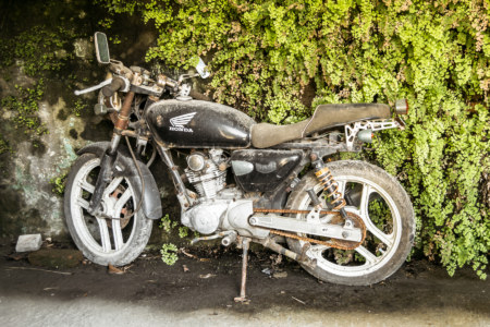 An abandoned motorbike at Donghe Theater 東和戲院