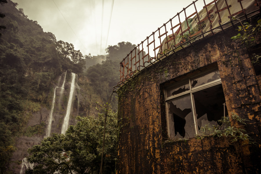 An abandoned hotel across from Wulai Falls
