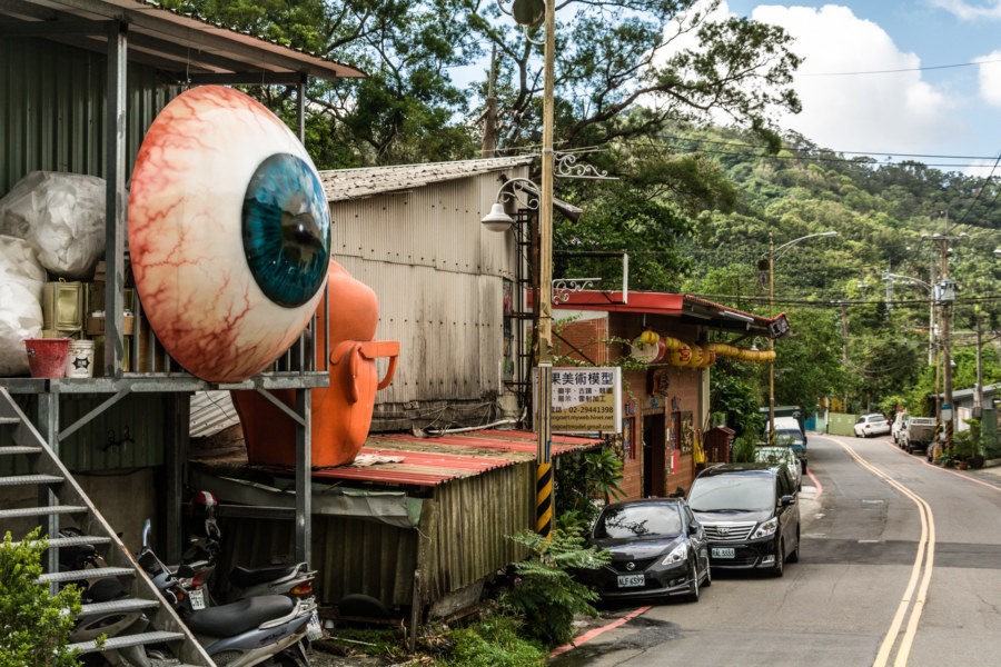 Eye on the side of the road in Zhonghe