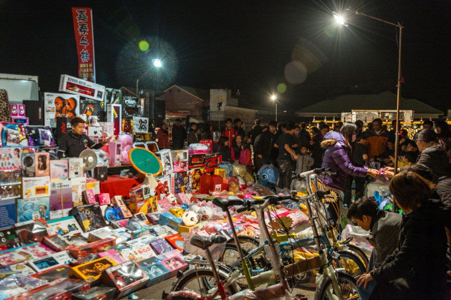 A huge night market auction in Douliu