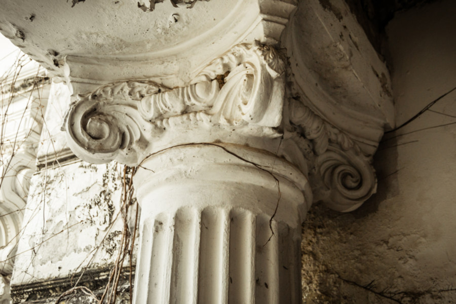 A closer look at a column in the White Lion House